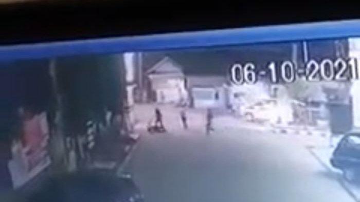 Berita Viral Penumpang Ambulans Keroyok Petugas Perbaikan Jalan di KBB, Polisi Cari Pelaku