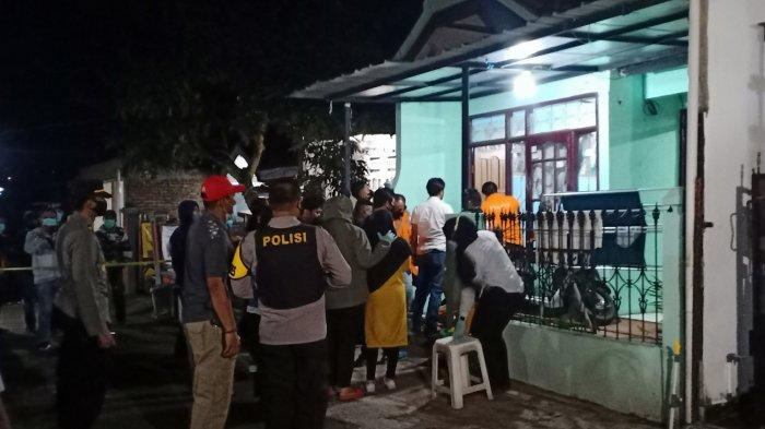 Proses penggeledahan yang dilakukan polisi di sebuah rumah di Banjaran, Kabupaten Bandung, Rabu (31/3/2021) malam.