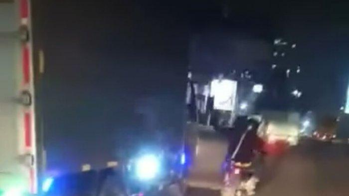 Terekam Kamera, Dua Pemotor di Jatinangor Sumedang Palak dan Todongkan Senjata Tajam ke Sopir Truk