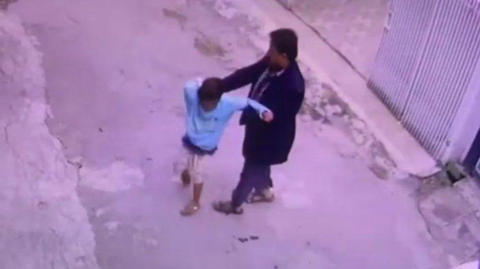 Ayah Angkat Pukul Anak di Tengah Jalan, Ternyata Sopir Angkot, Kesal Dimintai Duit Rp 40 Ribu,