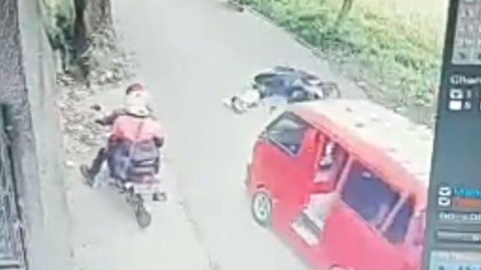 VIDEO Viral Detik-detik Angkot Hampir Lindas Pengendara Motor yang Tiba-tiba Jatuh