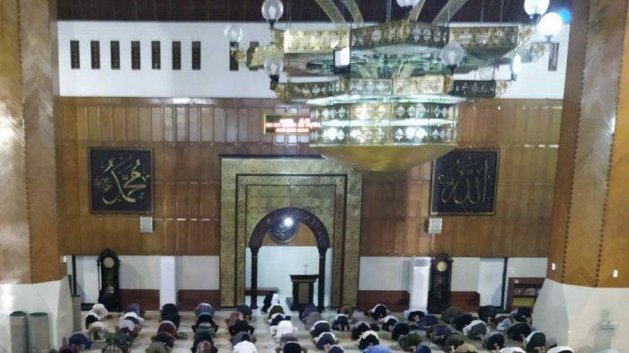 Headline Tribun Jabar Hari Ini, Pemerintah Izinkan Tarawih di Masjid, DKM Masjid Raya Jabar Bersiap