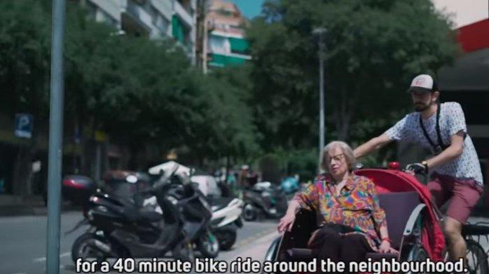 Mengharukan, Pria Ini Ajak Para Lansia Berkeliling Gunakan Becak agar Mereka Bahagia