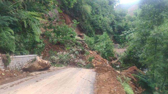 Tebing Longsor di Majalengka Akibat Hujan Lebat, Jalur ...