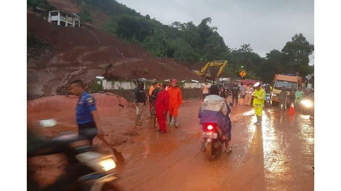 Tebing 20 Meter Longsor, Akses Jalan Sumedang-Garut Lumpuh 3 Jam, Warga Sempat Panik