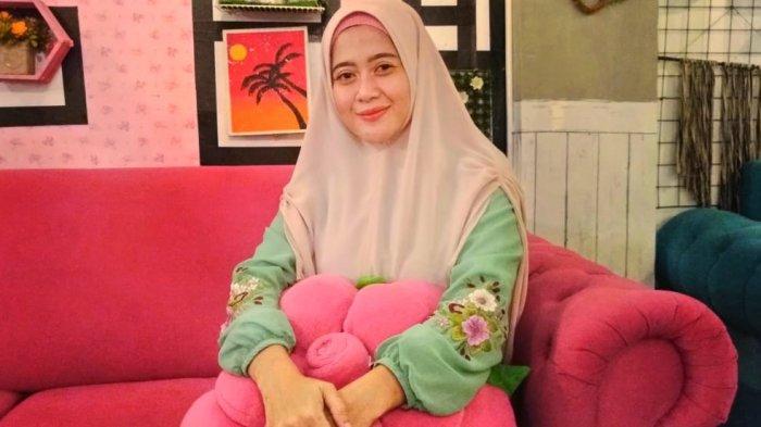 Teh Mican, Wanita Cantik Sosialita Subang Ini Banting Setir dari Usaha Butik jadi Tukang Kopi Goceng