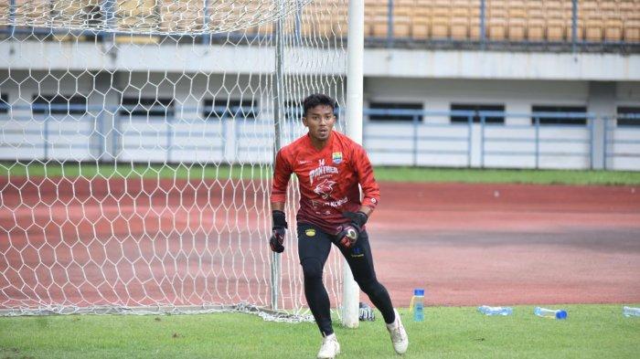 Kiper Persib Bandung Teja Paku Alam berlatih di Stadion GBLA, Kamis (11/3/2021).