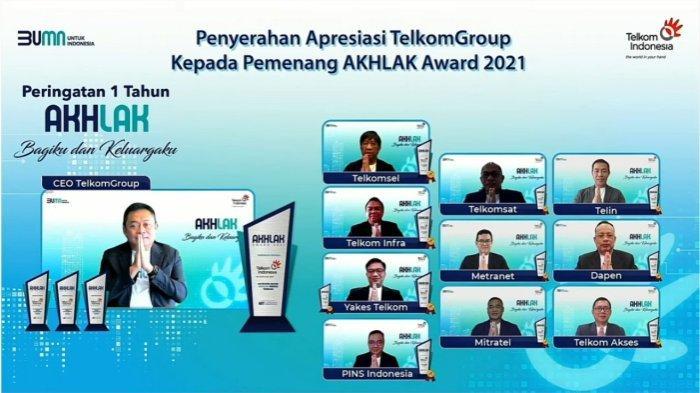 """Direktur Utama Telkom Ririek Adriansyah (kiri) menyerahkan apresiasi kepada Direksi Anak Perusahaan Telkom yang telah meraih penghargaan dalam AKHLAK Award 2021 Kategori Anak Perusahaan BUMN yang diselenggarakan oleh Kementerian BUMN beberapa waktu yang lalu yakni Telkomsel, Telkomsat, Metranet, Mitratel, Telin, Dapen, Telkom Akses, Telkom Infra, Yakes, dan PINS dalam acara Peringatan 1 Tahun AKHLAK bertema """"Bagiku & Keluargaku"""" secara virtual pada Kamis, 27/7."""