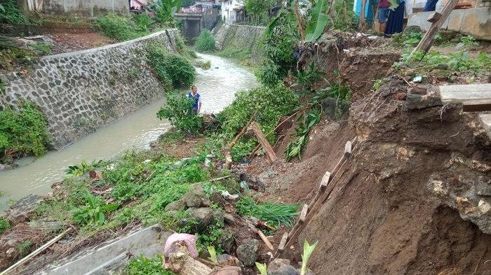 Baru Hujan Semalam Tembok Penahan Tebing di Sungai Ini Ambrol, Nyaris Menggerus Rumah Warga