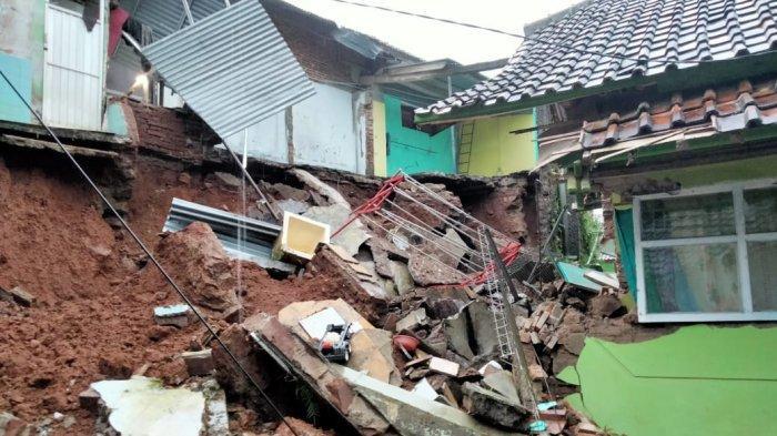 TPT Ambruk Hantam Rumah Warga di Ciamis, Korban Luka-luka Terhimpit Reruntuhan Dinding Kamar Mandi