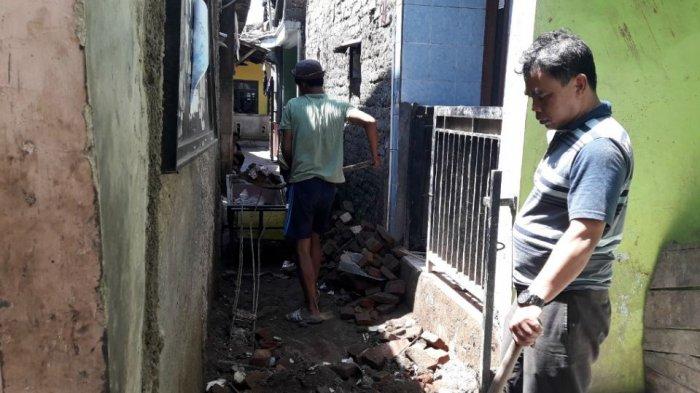 Korban yang Tertimpa Tembok Roboh di Babakan Sari Ditemukan Terduduk dan Kotor Penuh Debu