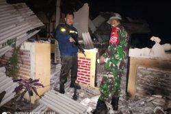 Petugas berjaga di tempat mengaji yang dibakar warga di Kecamatan Cilawu, Kabupaten Garut, Senin (5/4/2021) malam. Pembakaran dipicu oleh keterangan santri yang dicabuli gurunya.