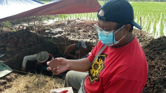 Mainan anak-anak zaman dahulu bernama Gacuk terbuat dari gerabah yang berhasil ditemukan arkeolog di lokasi dugaan candi di Blok Dingkel Desa Sambimaya, Kecamatan Juntinyuat, Kabupaten Indramayu, Jumat (4/6/2021).