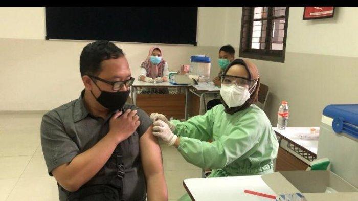 Persiapan PTM, Ratusan Guru di Kota Bandung Ikut Vaksinasi Dosis Kedua di Taruna Bakti