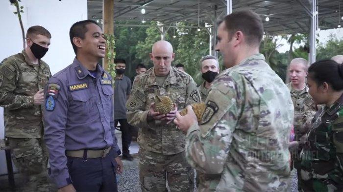 Tentara Amerika mencoba memegang durian.