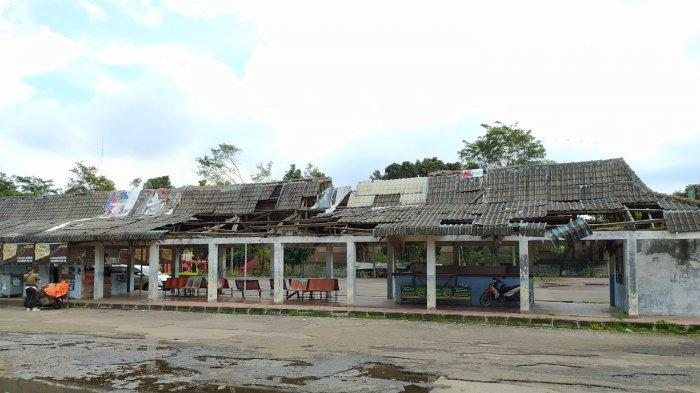 Terminal di Cianjur Ini Sudah Ambruk, Tapi Tetap Dipakai Warga Menunggu Bus dan Berjualan