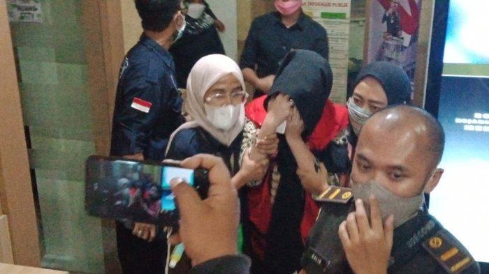 Kejati Tahan 3 Tersangka Dugaan Korupsi Pasar Leles, Satu Tersangka Menangis Menjerit Saat Digiring