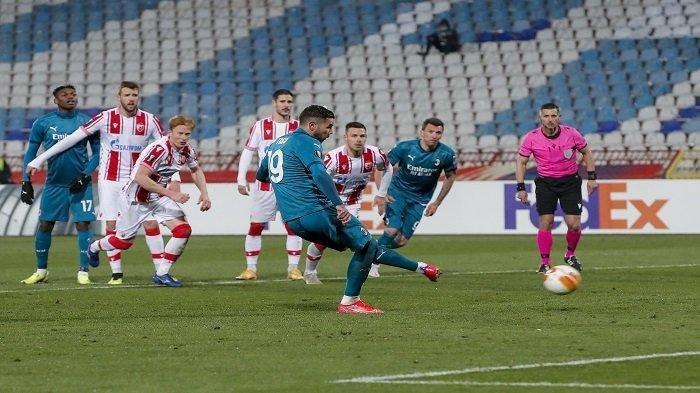 Bek AC Milan Theo Hernandez melakukan tendangan penalti pada pertandingan 32 besar Liga Europa UEFA antara Red Star dan AC Milan di Stadion Rajko Mitic di Beograd, pada 19 Februari 2021 dini hari WIB. Pertandingan berakhir dengan skor 2-2.