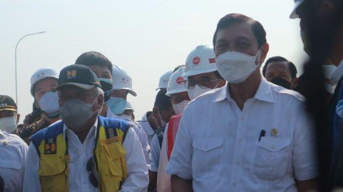 Tiga menteri meninjau proyek Tol Cisumdawu, yakni Mentri Kordinator Maritim dan Investasi, Luhut Binsar Pandjaitan (kanan); Menteri Perhubungan Budi Karya (tak tampak dalam foto); dan Menteri PUPR Basuki Hadimuljono, Kamis (30/9/2021).
