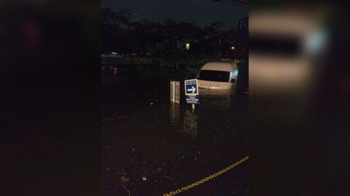 Tiga Mobil Sempat Terjebak Banjir di Pasteur Bandung, Dihantam Air Saat Melaju