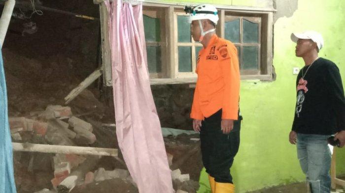 Tebing Longsor Terjang Tiga Rumah Warga di Darmaraja Sumedang
