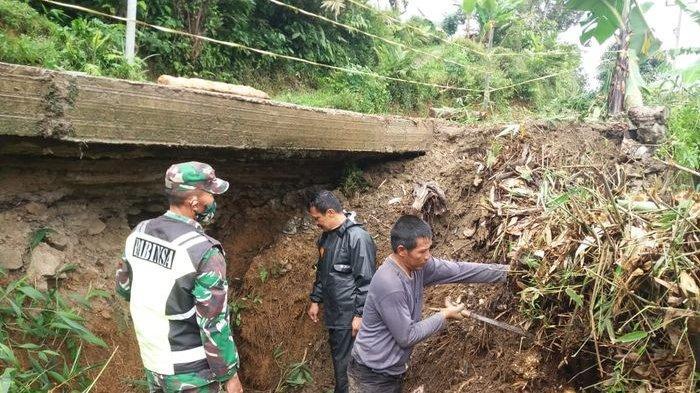 Tanah Longsor Terjadi di Saguling Bandung Barat, Akses Jalan Menyepit, Kendaraan Lewat Bergantian