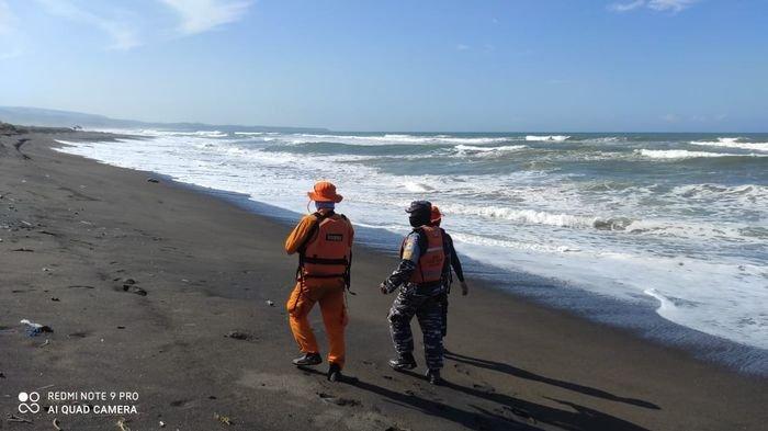 Tim SAR Bandung mencari Jamal (48) nelayan asal Cirebon yang hilang di perairan Cidaun, Cianjur Selatan, Jumat (16/7/2021).