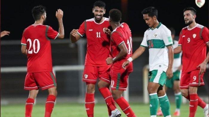 Para pemain timnas Oman merayakan gol Mohsen Al Ghassani ke gawang timnas Indonesia pada laga uji coba di Stadion The Seven's, Dubai, UEA, Sabtu (29/5/2021).