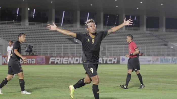 Penyerang Timnas U23 Indonesia, Kushedya Hari Yudo, merayakan golnya ke gawang Bali United pada laga uji coba di Stadion Madya Senayan, Jakarta, pada Minggu (7/3/2021) malam WIB.