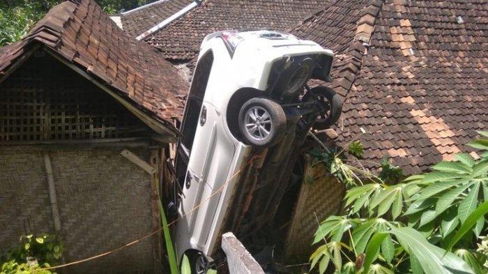 Ngebut dan Tak Terkendali, Mobil Avanza Terjun dan Timpa Rumah Warga di Gunungkidul