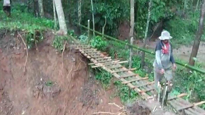 Jalan Kabupaten Ambrol, Belasan KK di Cipatujah Tasikmalaya Terisolasi, Hanya Bikin Jembatan Bambu