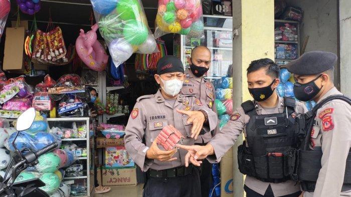 Petugas Awalnya Tak Menyangka Toko Mainan Jualan Petasan, Diberi Tahu Warga, Saat Dirazia Ternyata