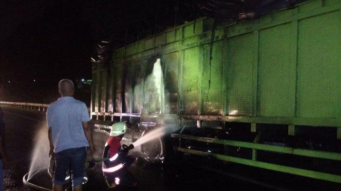 Truk Bermuatan Kelapa Terbakar di Tol Purbaleunyi