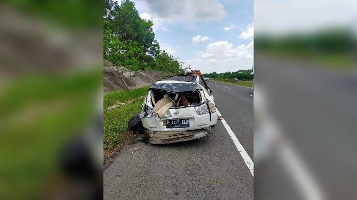 Mobil Mewah Toyota Harrier Terguling di Tol Cipali, Ringsek Parah, Ajaib Pengemudi Hanya Luka Ringan