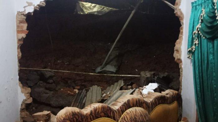 Sahidin Sekeluarga Terpaksa Mengungsi, Tembok Penahan Tebing Ambrol dan Timpa Rumah di Rancah Ciamis
