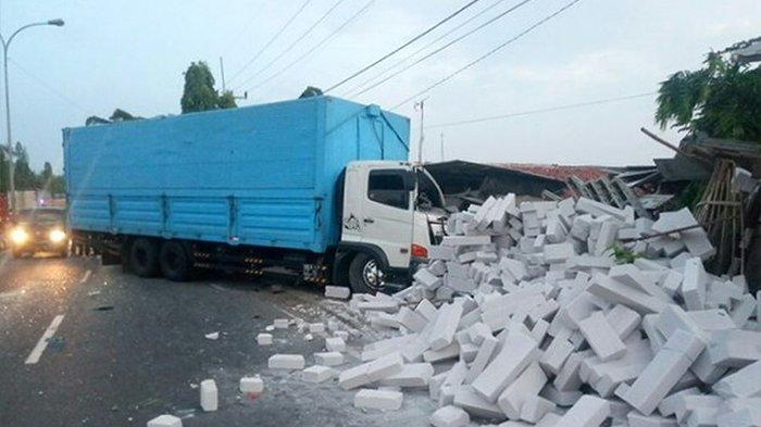 Truk Hino Hantam Truk Fuso yang Sedang Mogok di Indramayu, Bata Ringan Berceceran di Jalan
