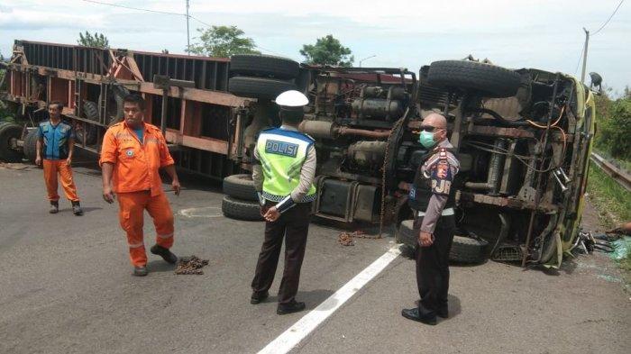 BREAKING NEWS: Kecelakaan Truk Kontainer Terguling Melintang di KM 91 Arah Bandung, Macet Banget