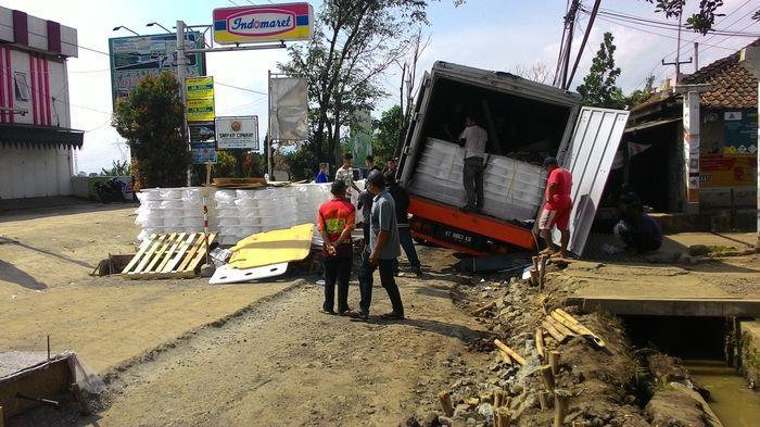 Truk Kontainer Bermuatan Puluhan Ton Benang Terperosok, Jalanan Sempat Lumpuh