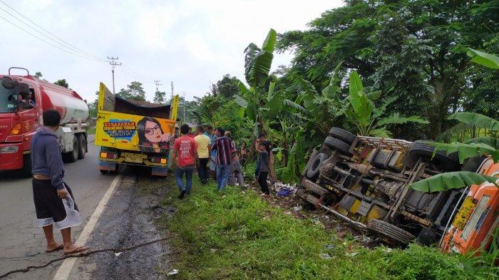 Hindari Motor yang Terjatuh Akibat Jalan Berlubang, Truk Terguling dan Masuk Kebun Pisang di Cianjur