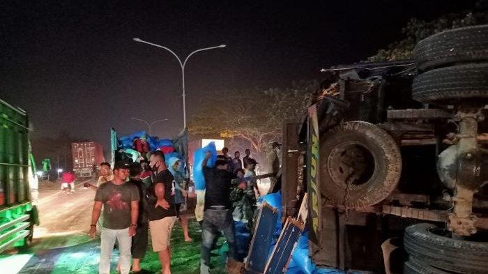 Kecelakaan di Jalur Pantura Indramayu, Truk Diseruduk Tronton, Garam Berhamburan di Jalan