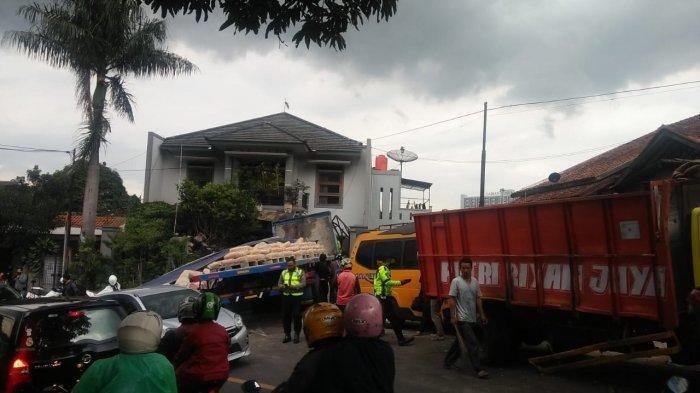 Hilang Kendali, Truk Bermuatan Semen Tabrak Rumah, 2 Mobil, dan 3 Motor di Jatinangor Sumedang