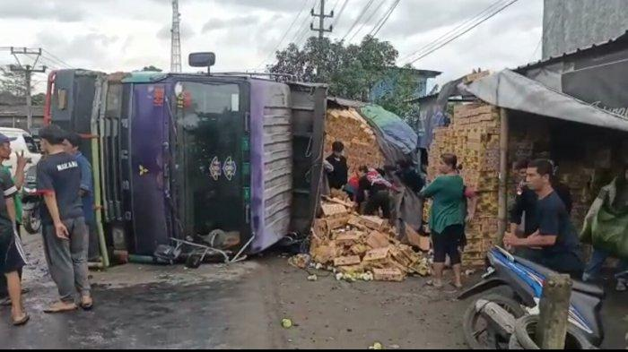 Sopir Mengantuk,Truk Tronton di Parungkuda Sukabumi Oleng, Terguling Menimpa Sedan yang Parkir