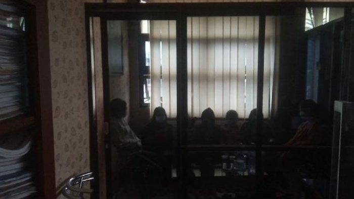 Terbakar Cemburu, 7 Gadis ABG di Sumedang Keroyok Seorang Remaja, Kini Tertunduk di Kantor Polisi