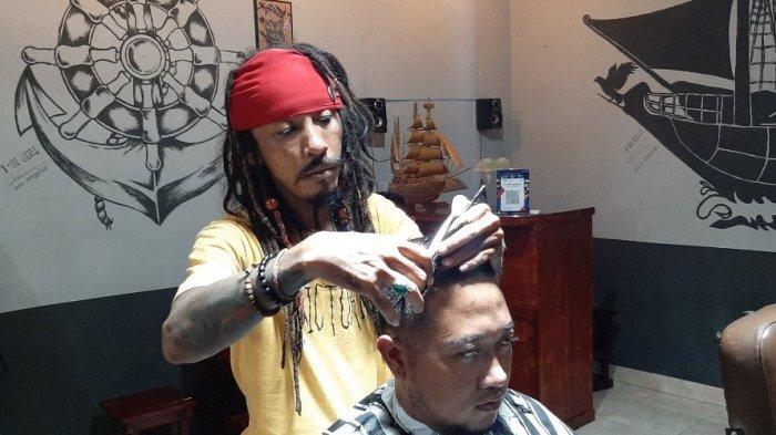 Pensiun dari Bajak Laut, Jack Sparrow jadi Tukang Cukur di Cirebon, Layani Gimbal Rambut