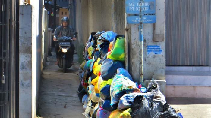 BREAKING NEWS FOTO: Sampah Menumpuk di Mulut Gang di Jalan Cihanjuang Cimahi