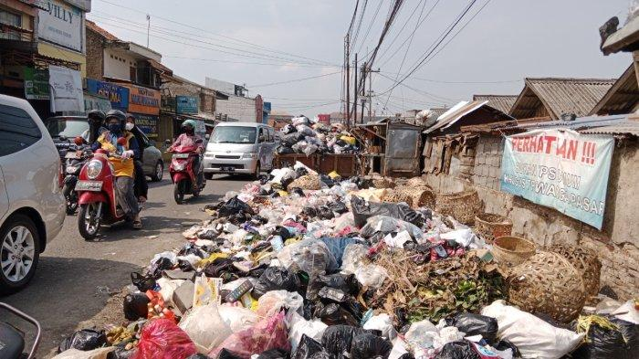 Sampah Menumpuk di Jalan Raya Parakanmuncang Sumedang, Warga Khawatir Baunya Jadi Penyakit
