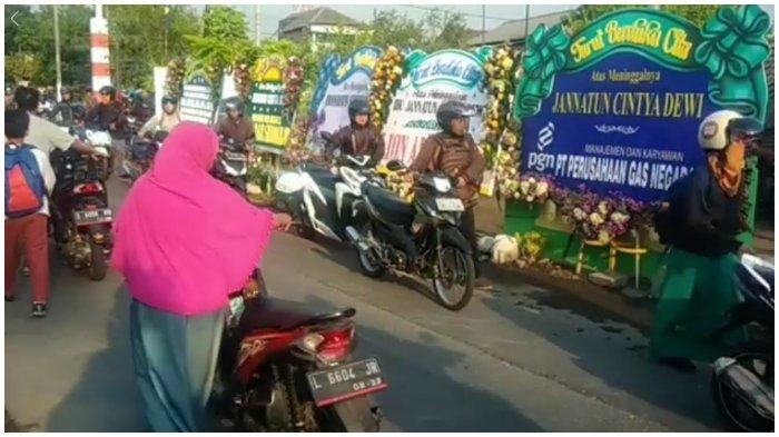 Lewat Depan Rumah Korban Lion Air PK-LQP, Para Pengendara Turun dan Tuntun Sepeda Motor Mereka