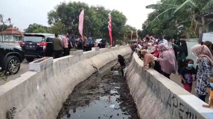 Viral Pria Nekat Nyebur ke Saluran Air Saat Presiden Jokowi Melintas di Cirebon, Ini Sosoknya