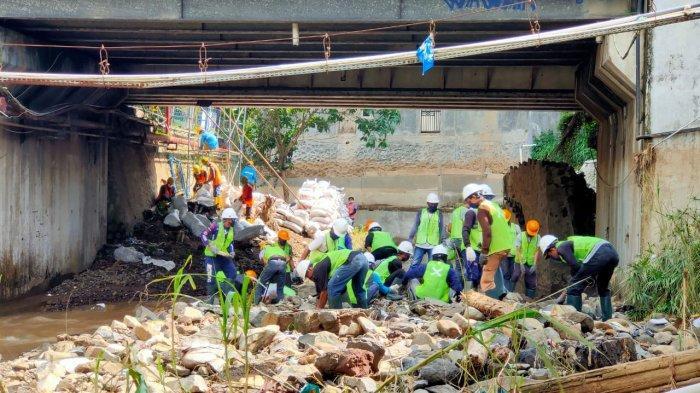 Turunkan Alat Berat, Relawan Aqua Bantu Normalisasi Sungai Cicatih Pasca Banjir Bandang