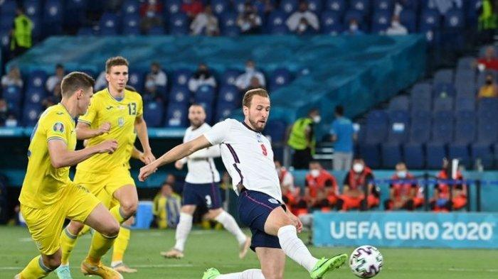 Harry Kane (kanan) saat mencetak gol dalam pertandingan Ukraina vs Inggris pada perempat final Euro 2020 di Stadion Olimpico, Roma, Italia, Minggu (4/7/2021) dini hari WIB.